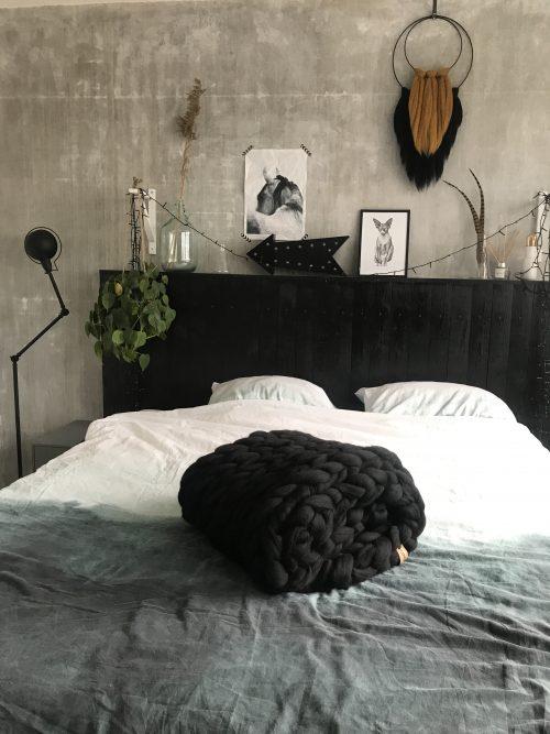 Zwart plaid van dikke wol