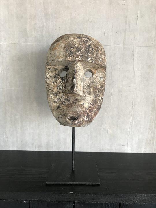 houten masker op standaard papua