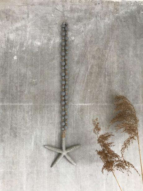 grijze woonketting met houten kralen