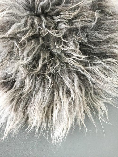 grijze schapenvacht van vilt