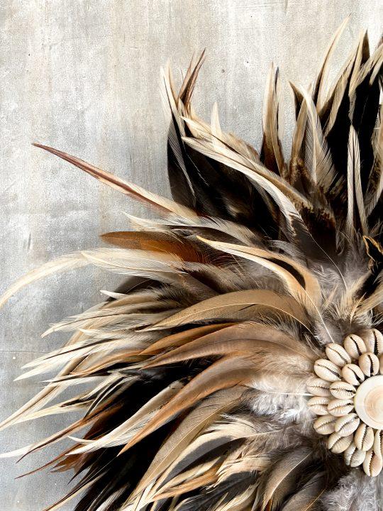 ronde veren hanger bruin wit