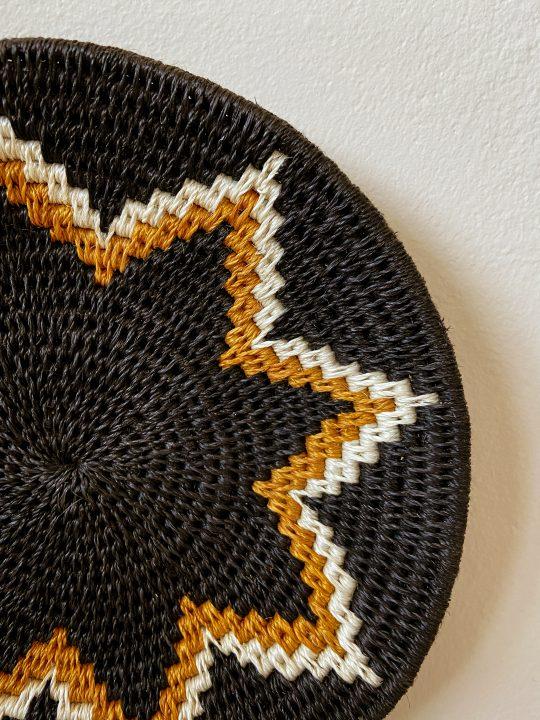 zwarte muurschaal patroon bloem