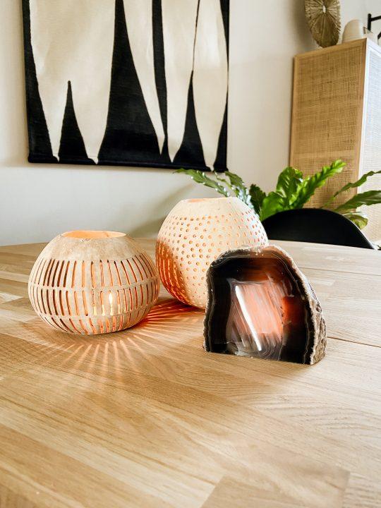 kokosnoot met gaatjes voor kaars